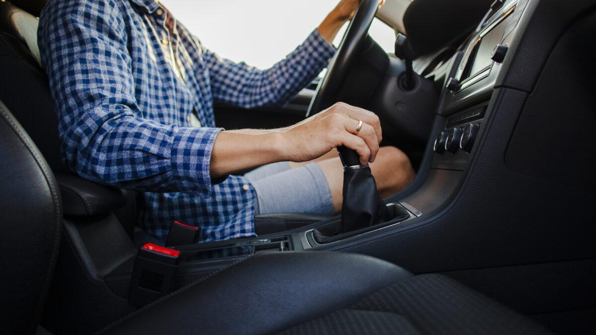 deixar o carro em ponto morto economiza combustível?